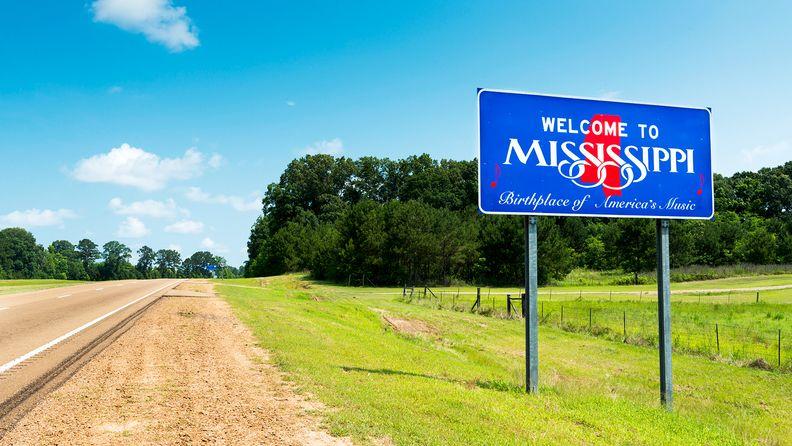 Mississippi welcome sign along U.S. Highway 61