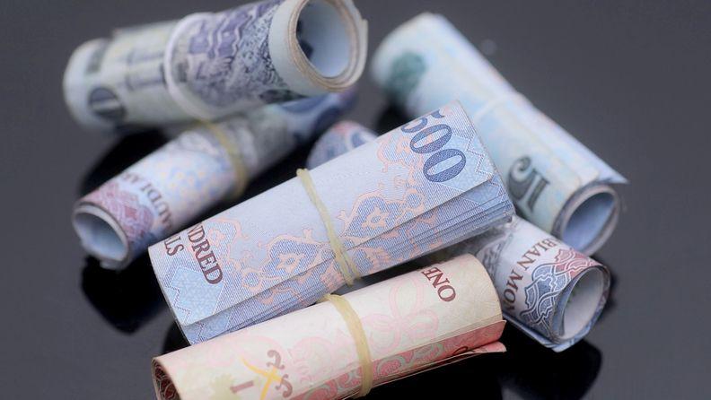 A bundle of 500 and 100 Riyal banknotes in Saudi Arabia